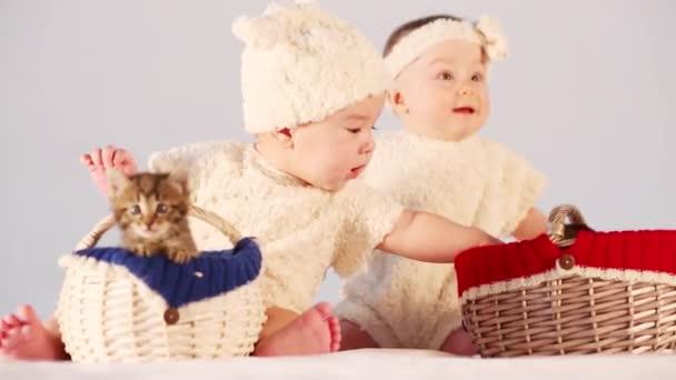Dvě děti hrát s koťata
