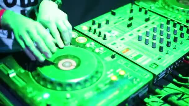 DJ és berendezés kezei Pioneer, Moszkva, Oroszország.
