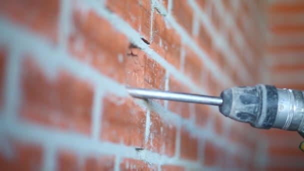 Stěhování velké perforační prolomit zdi v bytě