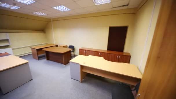 Moderní kancelářské místnosti s několika prázdné pracoviště a regály