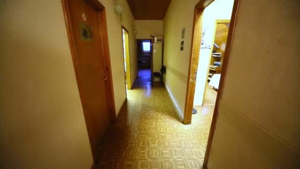 Corridoio Lungo Stretto : Lungo e stretto corridoio nelledificio per uffici con porte su