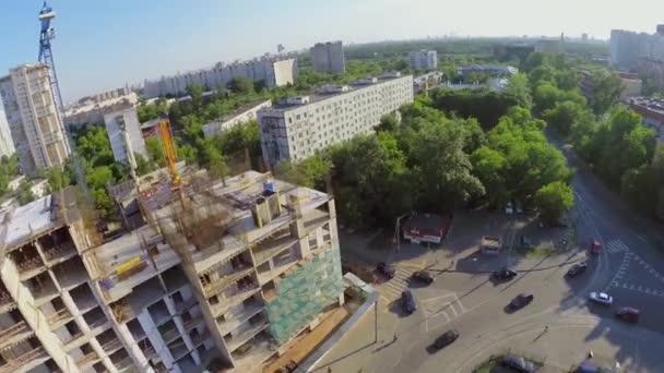 Baustelle für Wohnkomplex am Stadtplatz mit Verkehr