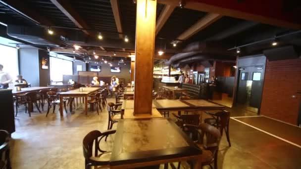 Návštěvníci a personál pivovarnické restaurace Pivovárňa