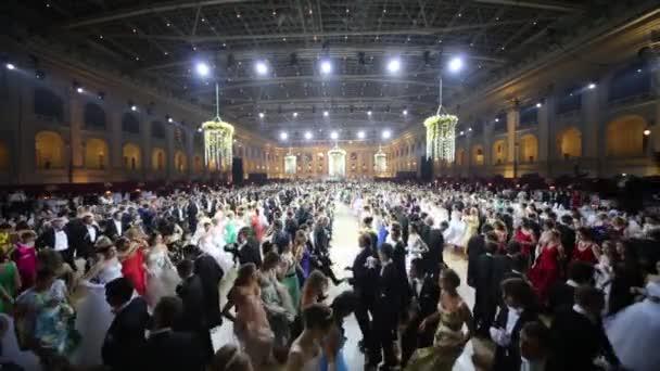 Mnoho řady tančících lidí na 11.