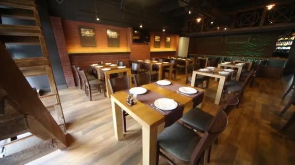 Interiér restaurace sálu s dřevěnými sloužil tabulek.