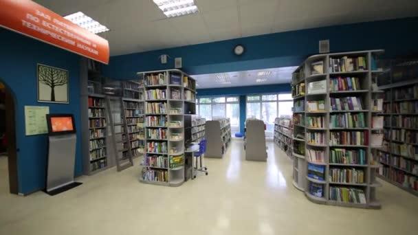 Zářivý a moderní interiér ruské státní knihovny pro mládež