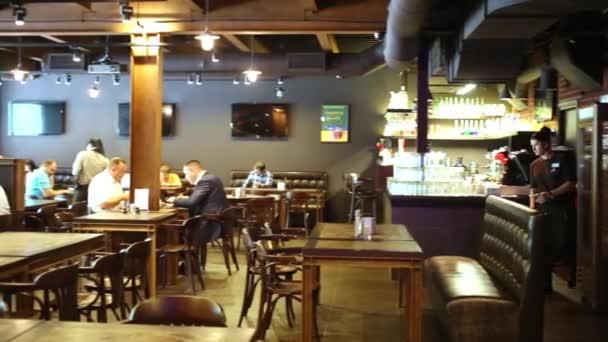 Lidé mají večeři v pivovarnické restauraci Pivovárnya na Shabolovke