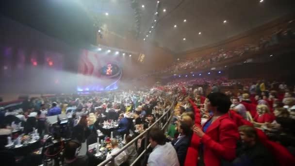 Publikum před oceněnou ruskou hudební kanálem Rutv