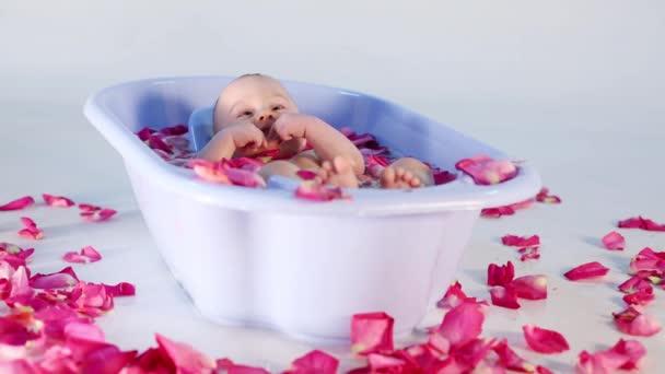 Růží rozptýleny do vany, ve které leží dívka