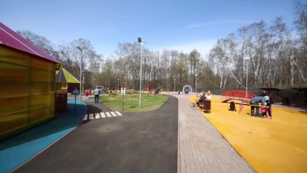 Kinder mit Eltern spielen auf Spielplatz in Sokolniki.