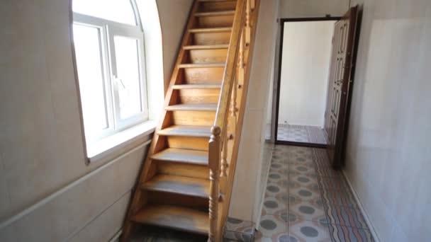 Mooie lege houten trap in een moderne kantoorgebouw u stockvideo