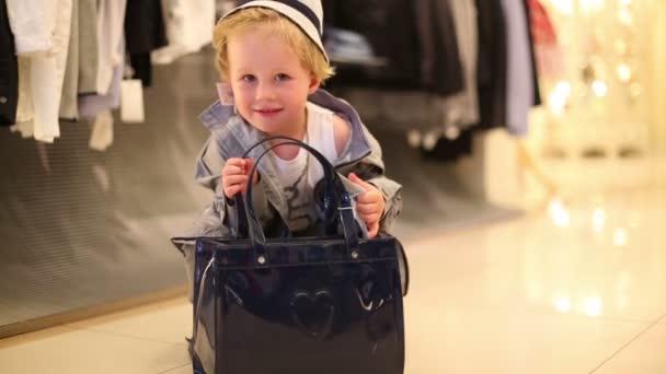 Kleiner Junge mit Tasche in Kindergalerie jakimanka.