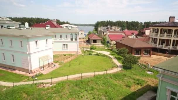 Pohled z střechy na mnoha chaty v útulné město v letní den