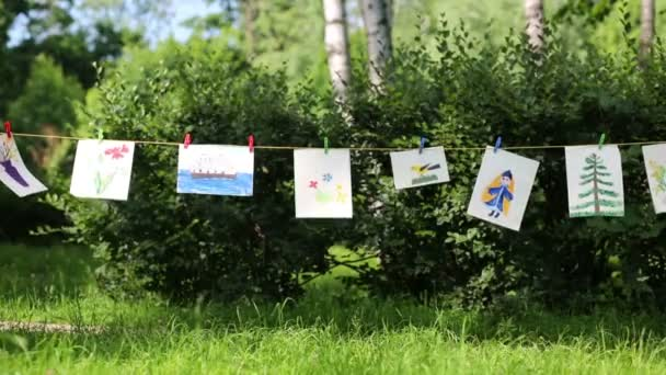 Gyermekek rajzai a szárítókötél lógni