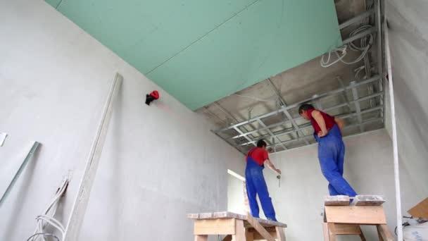 Dva muži nainstalovat rámce pro strop