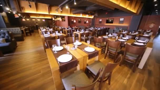 Místnost v restauraci s dřevěným nábytkem