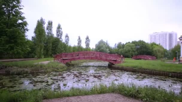 Panorama parku s kamennými arbor