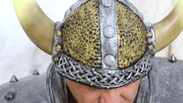 Muž v nadržený viking helma