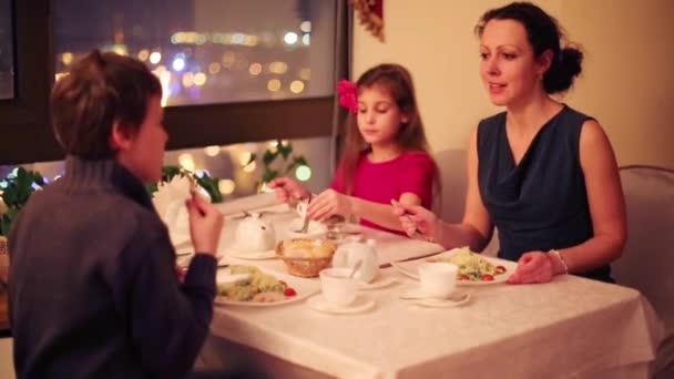 Dívka, chlapec a matka sedí v kavárně