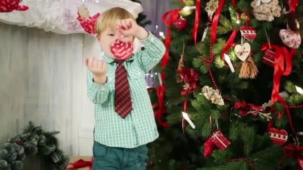 Kleiner Junge hängt rot Spielzeug