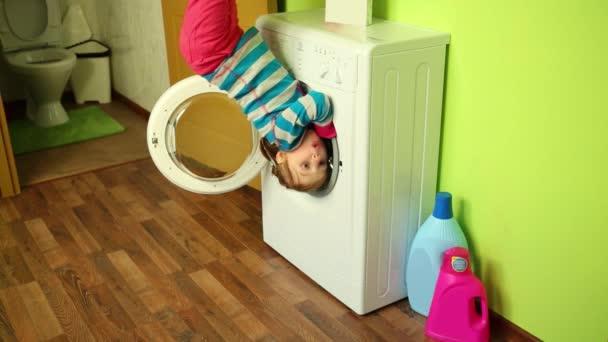 Mädchen in Waschmaschine in umgekehrtem Haus