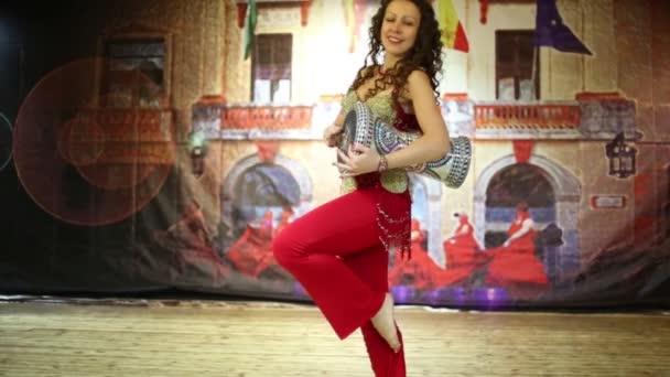 Žena v červené kostým tance
