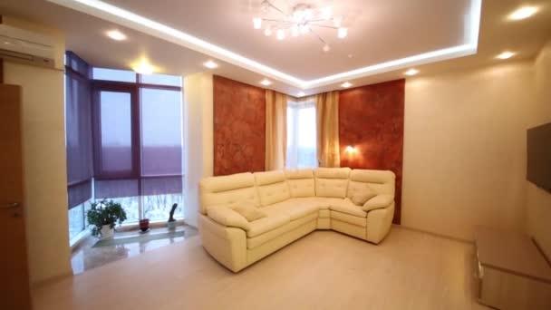 Sofa im Wohnzimmer mit großen Fenstern