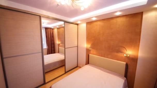 Útulná ložnice s postelí a moderní lustr