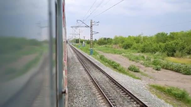 Pohled na dřevo od pohybu vlaků okno