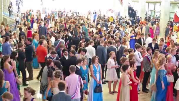 Dav absolventů stojí na hall na absolvent-2013.