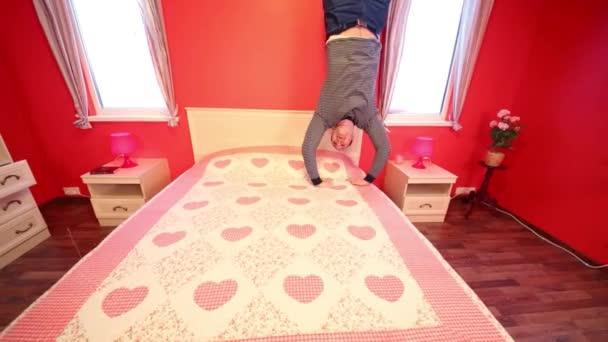 Muž skočí v ložnici obráceným domu