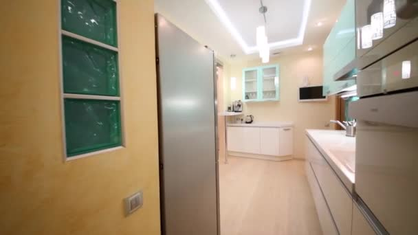 Stilvolle Küche mit Theke und Wohnzimmer — Stockvideo © Paha_L ...