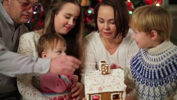 Šťastná rodina jí perníkové chaloupce