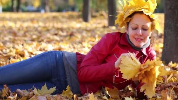 Usmívající se žena s korunou vyrobené z listí