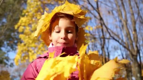 kleines Mädchen mit Krone aus Blättern