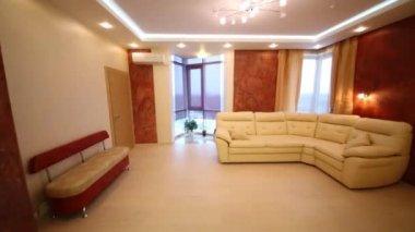 interno soggiorno moderno con mobili bianchi — Video Stock ...