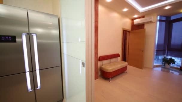 Kuchyň s lednicí a nábytkem v bytě