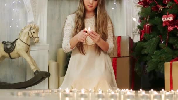 Hezká dívka světla mnoho svíček