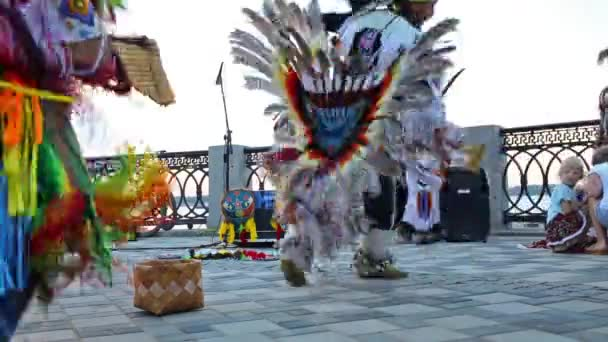 Lidé v rodných amerických kostýmech tančí
