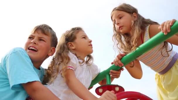 Tři roztomilé děti na dětská hřiště