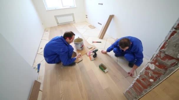 Dva muži instalace podlahy