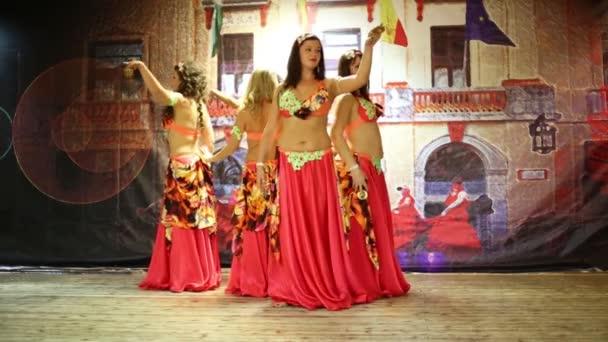 Fünf Frauen tanzen Bauchtanz