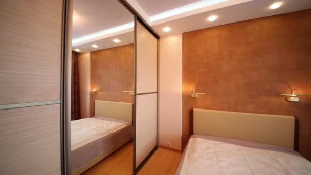 Kleine Slaapkamer Kast : Kleine slaapkamer met kast u2014 stockvideo © paha l #113671354