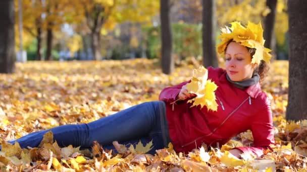 Frau mit Krone aus Ahornblättern