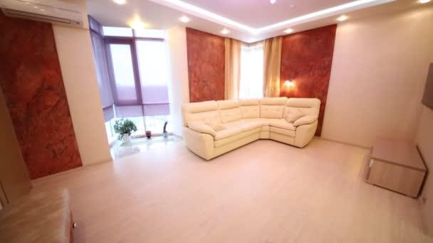 Krásný obývací pokoj s koženou pohovkou