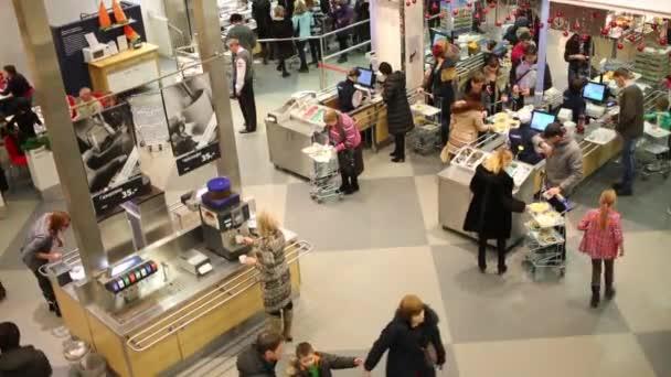kunden auf food court im ikea in samara stockvideo