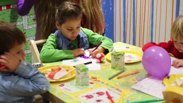 Jonge Geitjes Op Verjaardag In Mcdonalds Stockvideo C Paha L