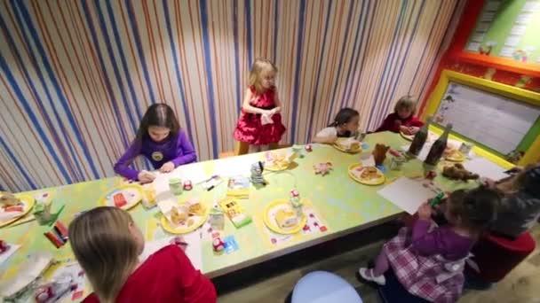 Kinderen Verjaardag In Mcdonalds Stockvideo C Paha L 113691086
