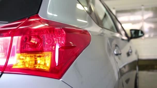 Rückansicht des sauber grauen auto