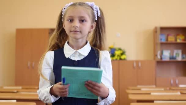 Dívky v uniformě stojí v učebně